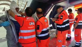 Sanitarios del 061 preparándose para atender al infectado. Foto LR