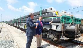 Sanz y Landaluce examinan un cargamento de material para la Algeciras Bobadilla