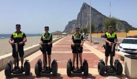 Los cuatro agentes de la Policía Local de La Línea con los nuevos vehículos