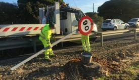Instalación de la señal de 90 kilómetros por hora en la N-340, en Vejer