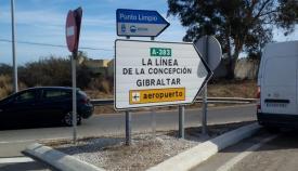 Uno de los nuevos carteles sobre una señal de tráfico en La Línea