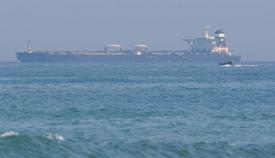 El petrolero 'Adrian Darya 1', antes 'Grace 1', cuando estaba fondeado frente a Gibraltar. Foto Sergio Rodríguez