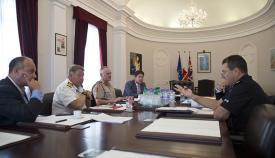 Los principales responsables de seguridad de Gibraltar en el despacho del jefe del gobierno