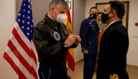 El general Smith impuso durante su visita la 'Meritorius Service Medal' al capitán de fragata José María Torrente García, destinado tres años en USAFRICOM. Foto EMAD