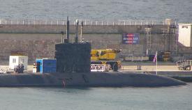 Submarino atracado en el muelle destinado a la Base Naval