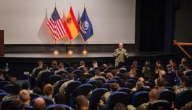 Un momento del encuentro con marineros y suboficiales en Rota. Foto US Navy / Benjamin A. Lewis