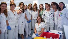 Susana Díaz, junto con personal del nuevo hospital linense