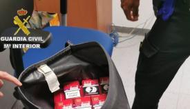 La mochila cargada de tabaco. Foto: Interior
