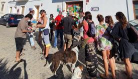 Miembros de Salvemos Valdevaqueros, ayer en el Ayuntamiento de Tarifa