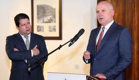Picardo escucha la intervención del gobernador Davis. Foto InfoGibraltar