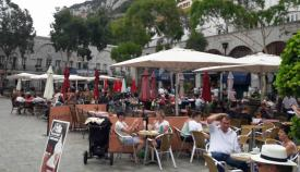 Imagen de archivo de las terrazas de Gibraltar con turistas.