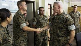 El teniente general Brian Beaudreault saluda a uno de los componentes del contingente en Morón. Foto Margaret Gale/US Marine Corps