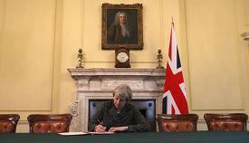 Theresa May firma en solitario la declaración de salida de la Unión Europea