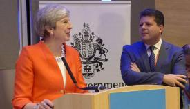 La primera ministra británica, Theresa May, junto a Fabian Picardo