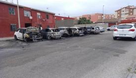 Los coches quemados delante de la viviendas en La Línea