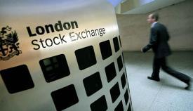 Trabajador a la carrera en la Bolsa de Londres