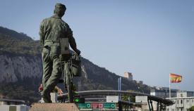 Monumento al trabajador transfronterizo ante la Verja de Gibraltar. Foto Sergio Rodríguez