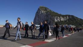Varias personas cruzando la pista del aeropuerto de Gibraltar. Foto: NG