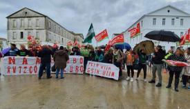 Trabajadores de la Piscina de San Roque concentrados ante el Ayuntamiento