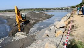 Trabajos de apertura de la bocana del Río Guadiaro