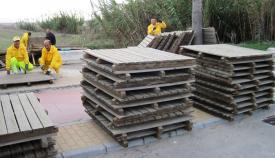 Operarios municipales trabajando en uno de los accesos a las playas