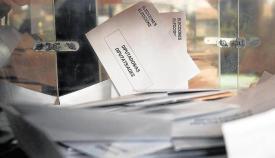 Un voto en una de las urnas del pasado 28A