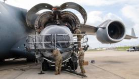Aviadores del 725º AMS reponen una de las turbinas de un C-17 en la base de Rota. Foto: US Navy/Jacob Owen