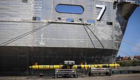El USNS Carson City, en una imagen promocional de la Marina de Estados Unidos, junto a uno de estos drones submarinos