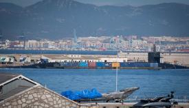 El USS Alaska, tras una línea de contenedores flotantes. Foto Sergio Rodríguez