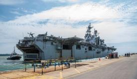 El 'USS Iwo Jima' atracando en la base de Rota esta mañana. Foto US Navy/Eduardo Otero
