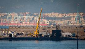 Reparaciones en el USS Seawolf, atracado hoy en el puerto de Gibraltar. Foto Sergio Rodríguez