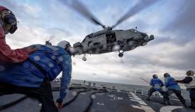 Cubierta de vuelo del 'USS Carney' (DDG 64), destinado en Rota, en plena tarea de toma de helicóptero. Foto US Navy