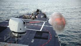 El destructor USS Porter (DDG 78) dispara su cañón Mark 45, de 5 pulgadas, frente a la costa marroquí, cerca de Tan Tan. Foto US Navy/Damon Grosvenor