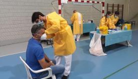 Imagen de archivo de un sanitario vacunando a un paciente. Foto: Junta