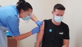 Una de las personas que han sido vacunadas en Gibraltar. Foto GHA