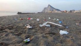 Restos de basuras en la playa de Levante de La Línea