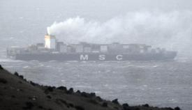 Imagen del buque denunciado por Verdemar atravesando el Estrecho