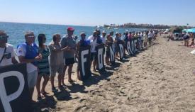 Imagen de la protesta de Verdemar en la playa de Torreguadiaro (San Roque)