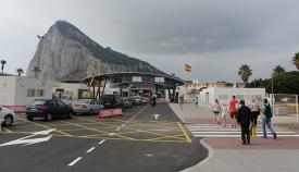 Paso de vehículos y personas por la verja de La Línea Gibraltar