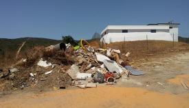 Escombros acumulados junto al depósito de agua de Guadiaro