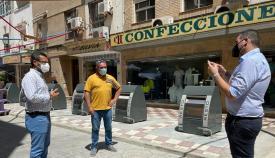 Franco, León y Azuaga durante su visita a los contenedores. Foto: lalínea.es