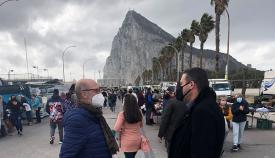 El concejal Alejandro Azuaga, en una visita al Mercadillo. Foto: lalínea.es