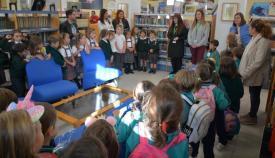 Un momento de la visita a la biblioteca del Diego Salinas