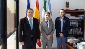García Ferrer, en el centro, en imagen de archivo en el Ayuntamiento de La Línea