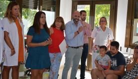 Las autoridades, en su visita a una de las guarderías en San Roque