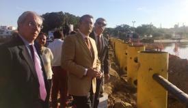 Imagen del anterior delegado del Gobierno, Antonio Sanz, en las obras de la barrera en septiembre de 2016