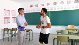 El concejal Sebastián Hidalgo junto al docente Juan José Rondón