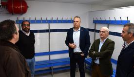 El alcalde de San Roque durante su visita a las obras del vestuario