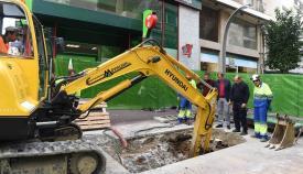 Emalgesa repara la red de saneamiento en la calle Ancha