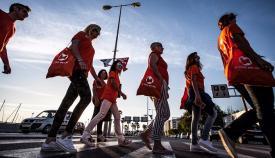 Miembros de La Línea 100x100 en un acto de campaña